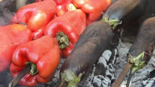 Červená paprika a lilek jsou grilované. Detailní záběr. Makro. Uhlí.