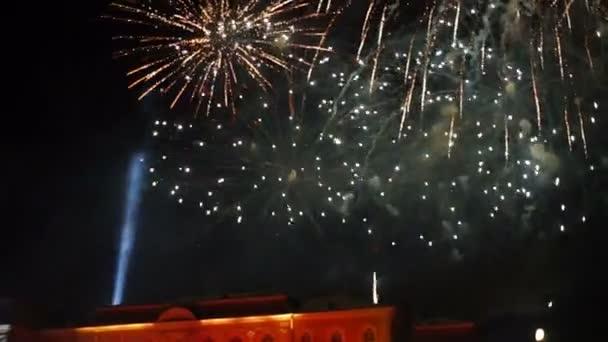 Ohňostroj na podzimní výstavě Peterhof