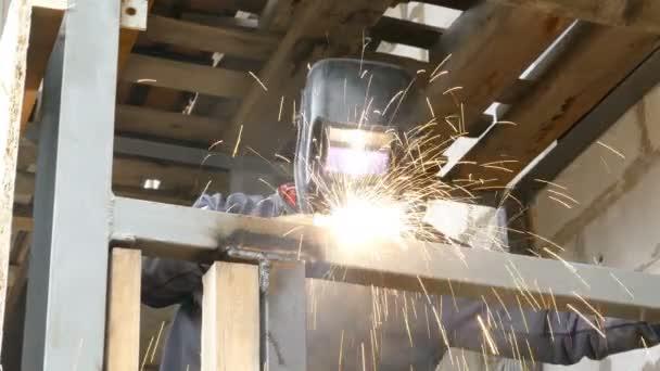 Svářeč práce na staveništi