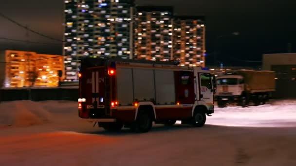 hasičský vůz v noci