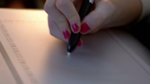 Návrháře kresba perem na grafickém tabletu