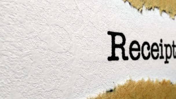 Text na účtence na roztrhaný papír