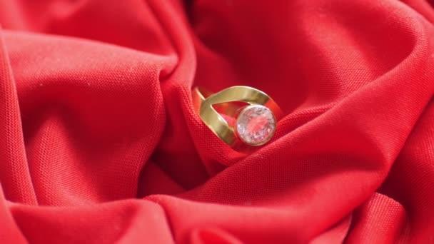 Diamantový prsten na červené saténové