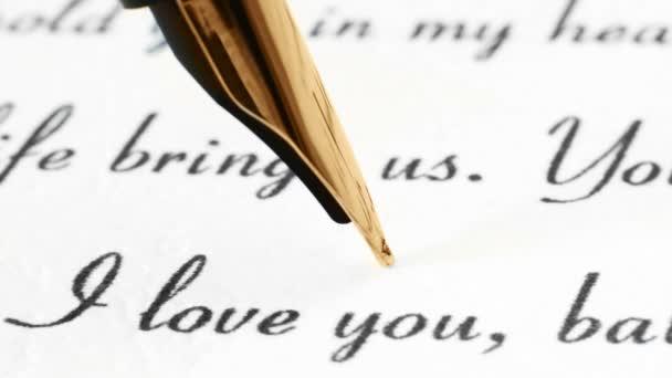 Großaufnahme von Füllfederhalter auf Liebesbrief