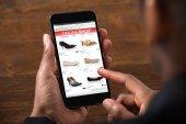 Člověk dělá Online nakupování