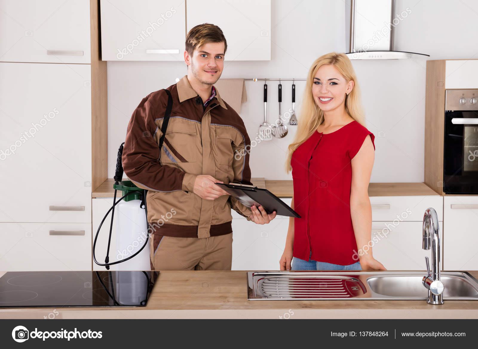 Vrouw ondertekening factuur — Stockfoto © AndreyPopov #137848264