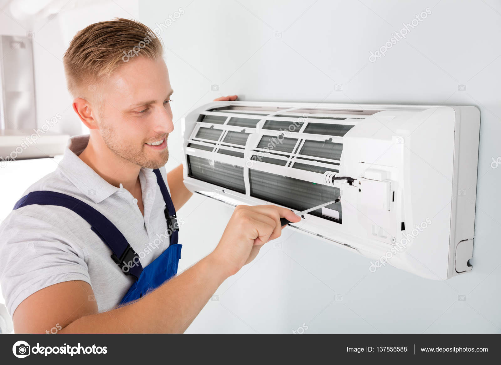 T cnico reparaci n de aire acondicionado foto de stock for Reparacion aire acondicionado zaragoza