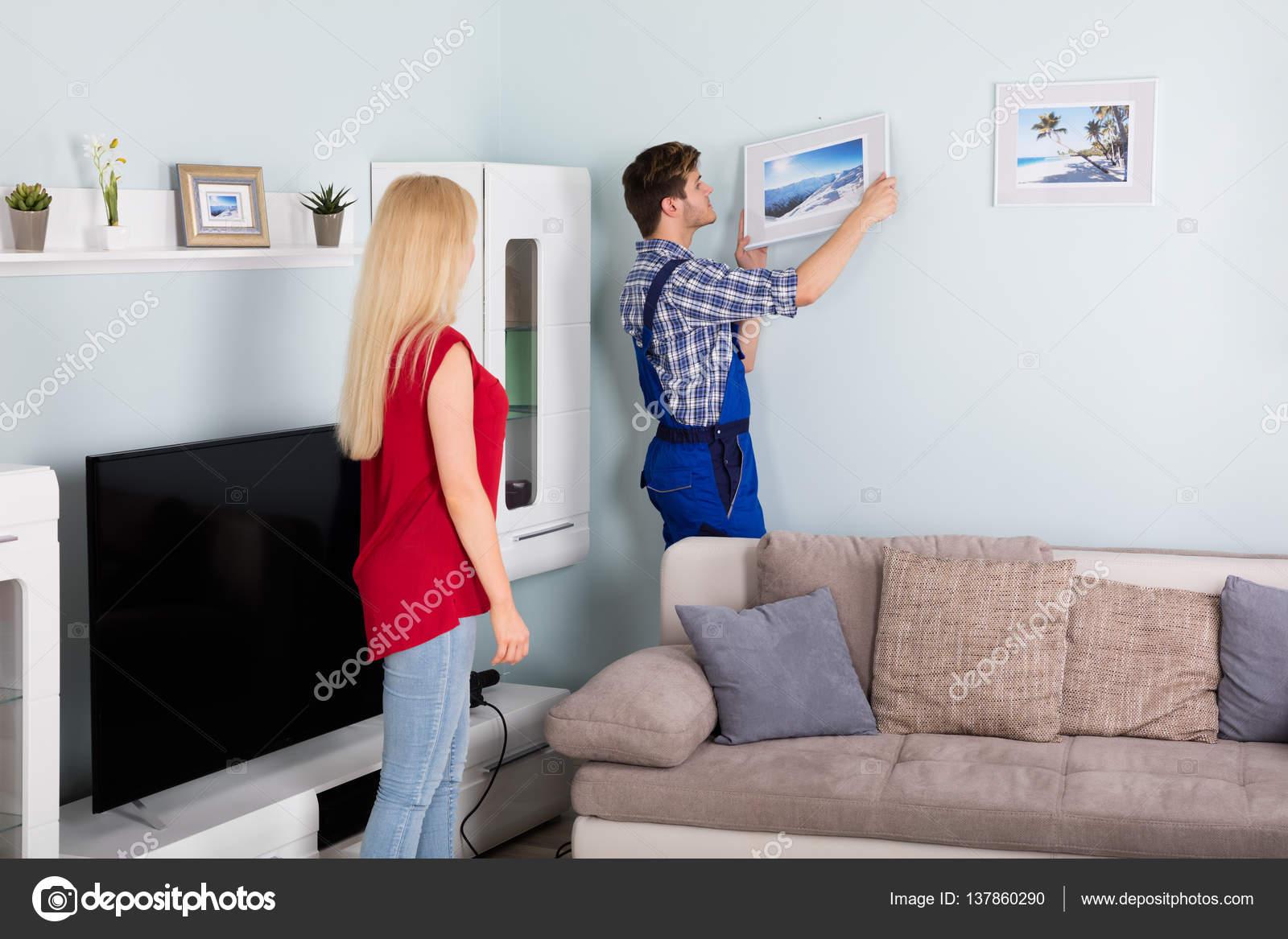Carpintero de colgar marco — Fotos de Stock © AndreyPopov #137860290