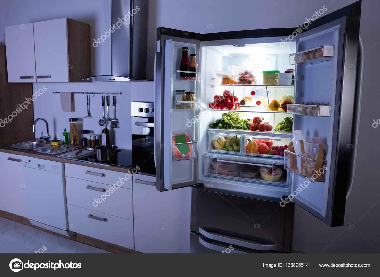 Refrigerador Abierto En La Cocina Foto De Stock