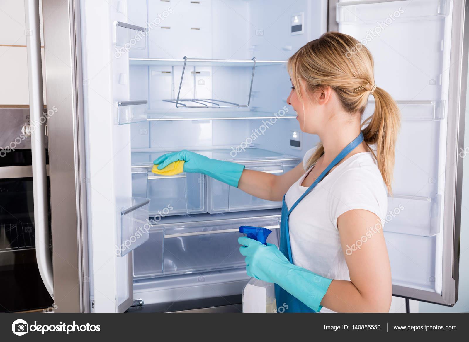 Kühlschrank Reinigen : Frau reinigung kühlschrank u2014 stockfoto © andreypopov #140855550