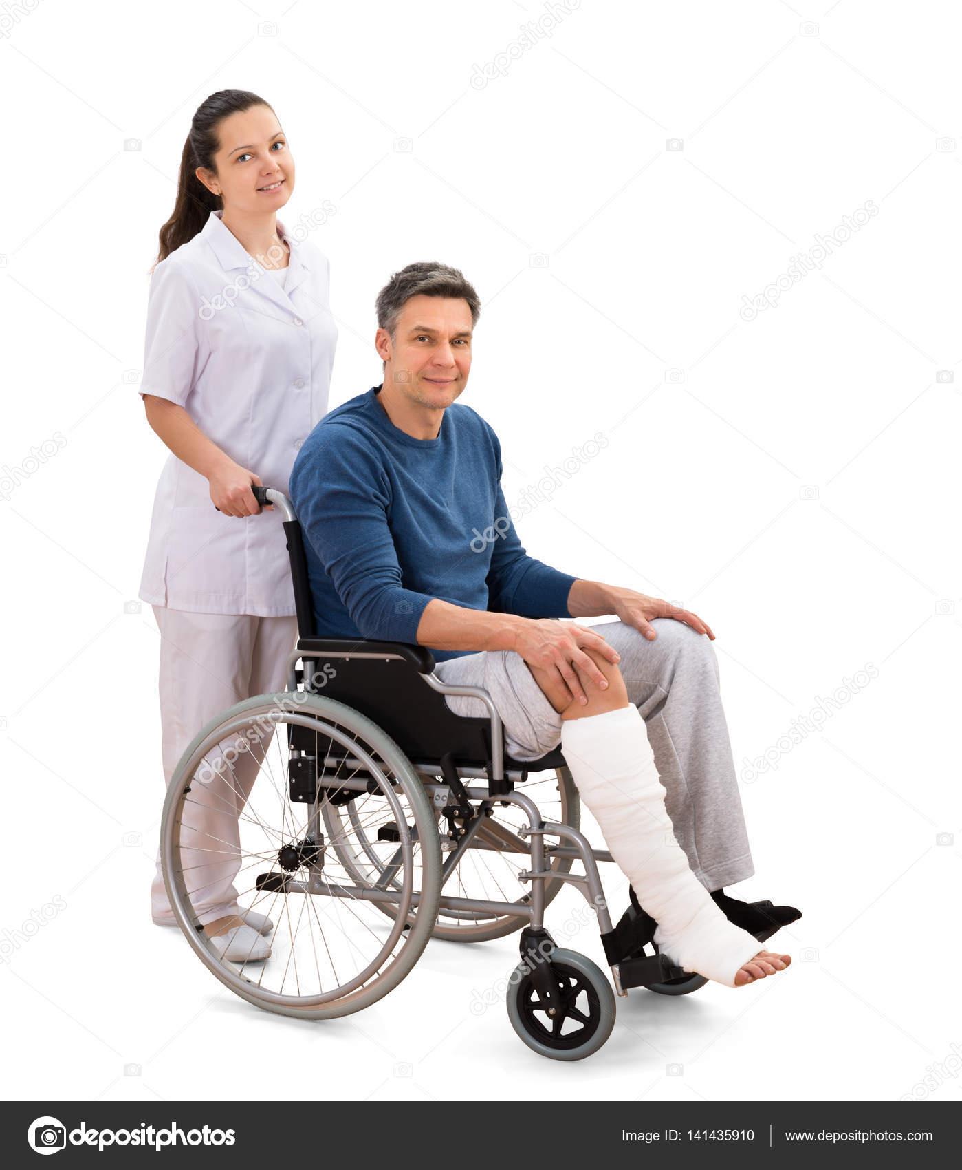 Mujer enfermera con paciente discapacitado foto de stock andreypopov 141435910 - Tamano silla de ruedas ...