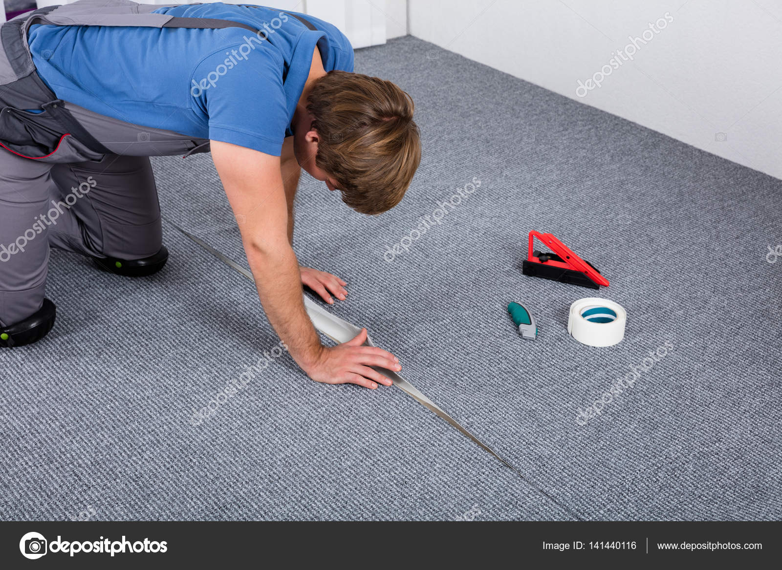 Timmerman tapijt leggen u stockfoto andreypopov