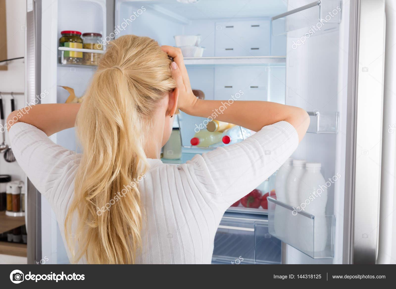 Frau suchen in Kühlschrank — Stockfoto © AndreyPopov #144318125