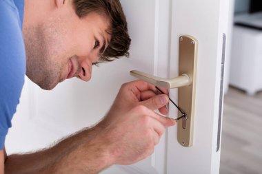 Lockpicker Fixing Door Handle