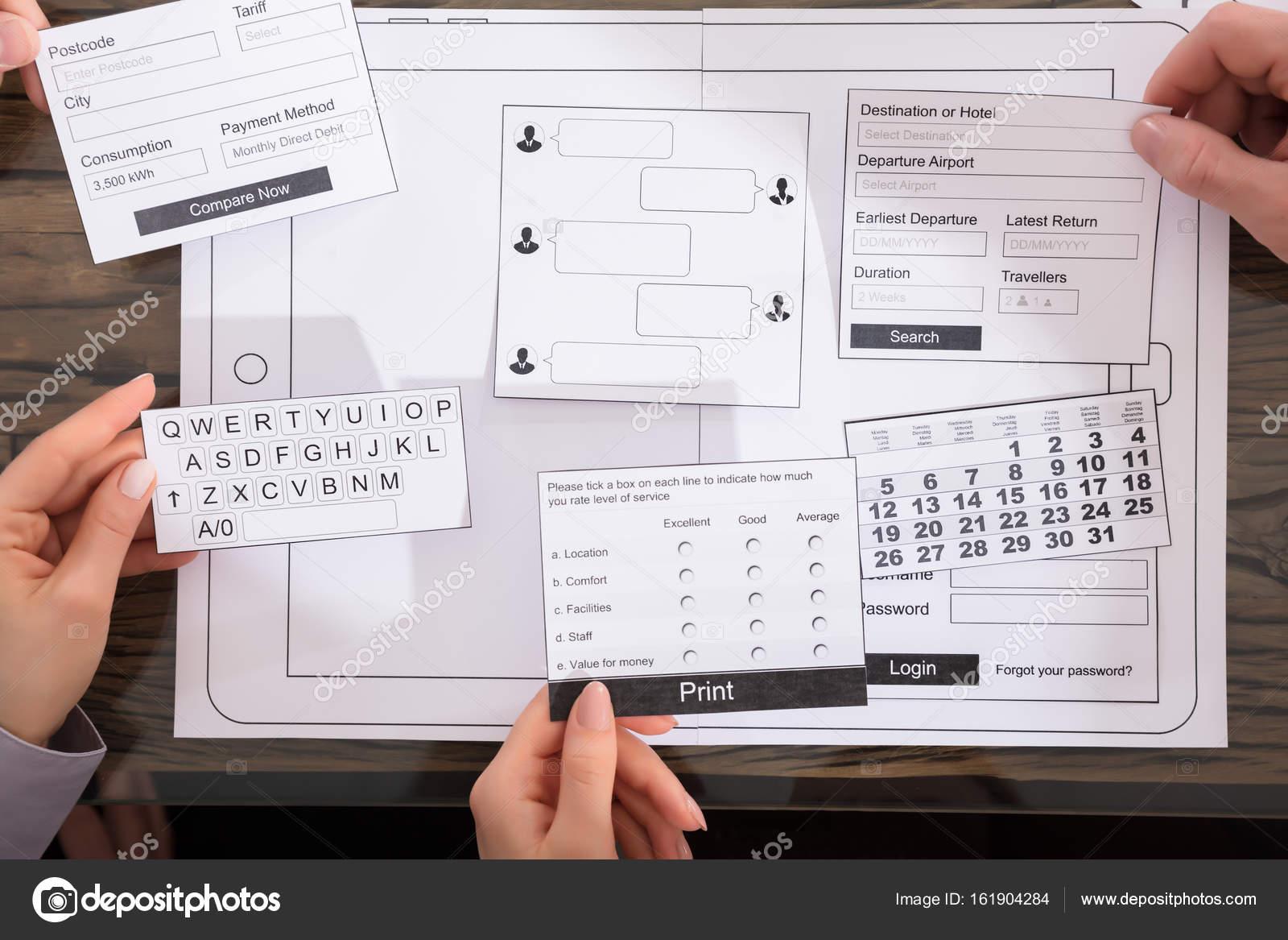 Designer Entwickeln Mobile Anwendungen Auf Dem Papier Über ...