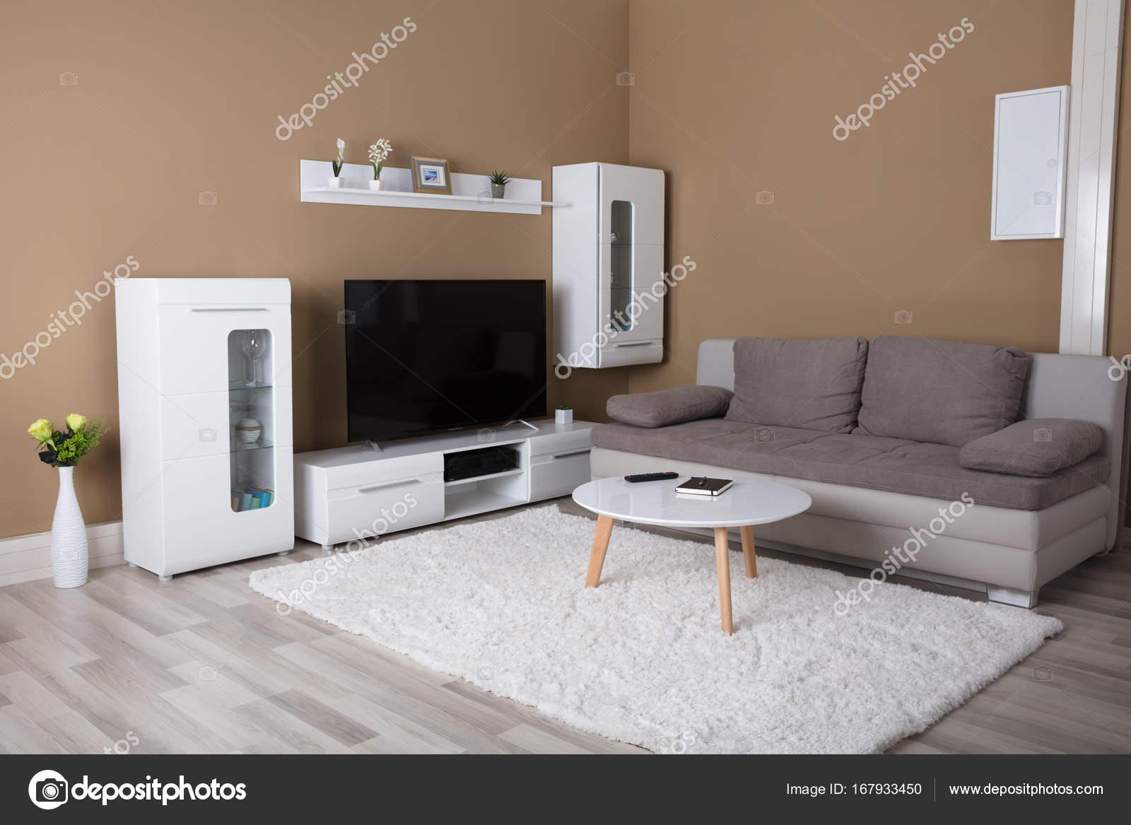 Wohnung Mit Fernseher Und Sofa Stockfoto C Andreypopov 167933450