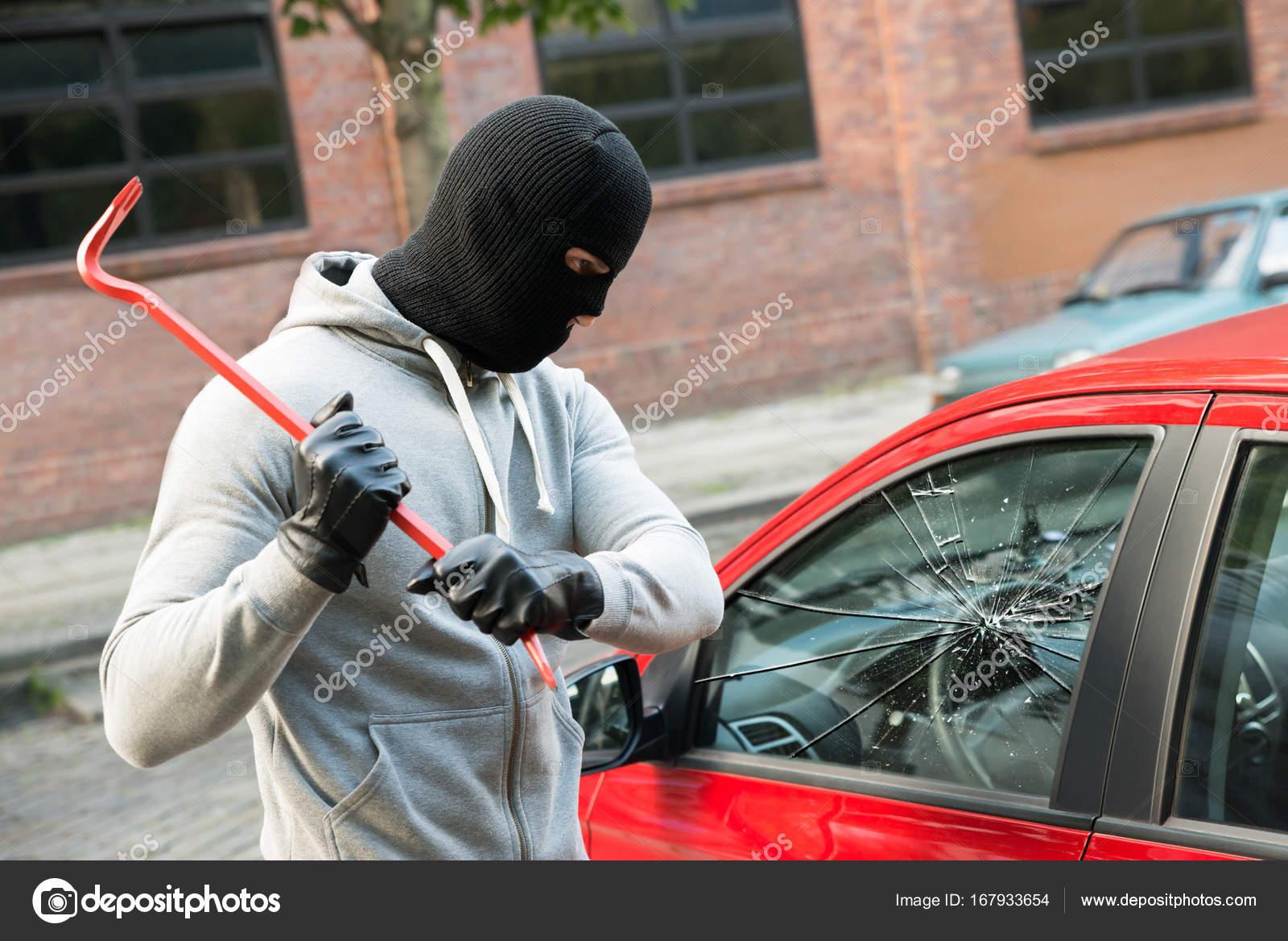 voleur de briser la vitre de la voiture photographie andreypopov 167933654. Black Bedroom Furniture Sets. Home Design Ideas