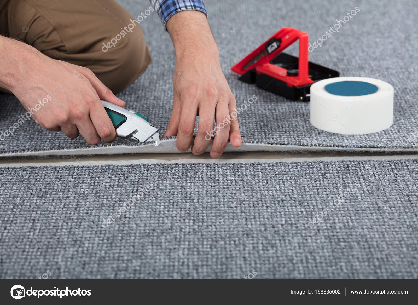 Timmerman tapijt leggen u2014 stockfoto © andreypopov #168835002