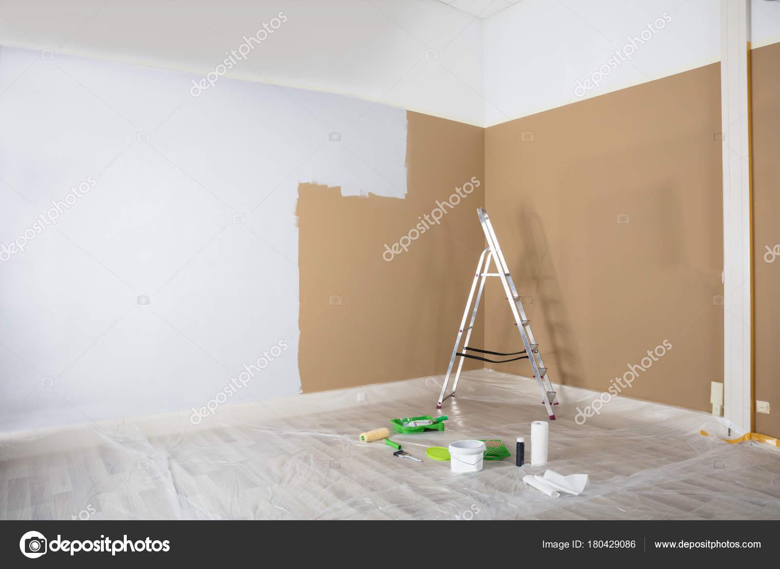 La Moitié Peint Un Mur Blanc Avec échelle Et Les équipements De Peinture à  La Maisonu2013 Images De Stock Libres De Droits