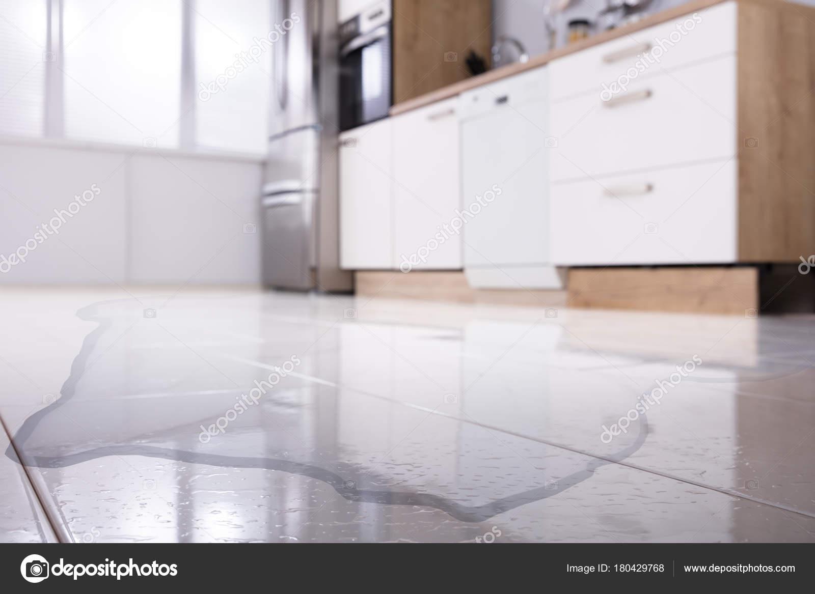 Amusing Küche Boden Photo Of Verschüttetes Wasser Auf Küchenboden E Nahaufnahme —