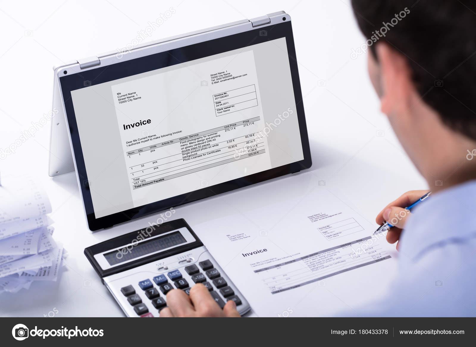 Primer Plano Del Empresario Calcular Factura Usando Calculadora - Como hacer un invoice en la computadora