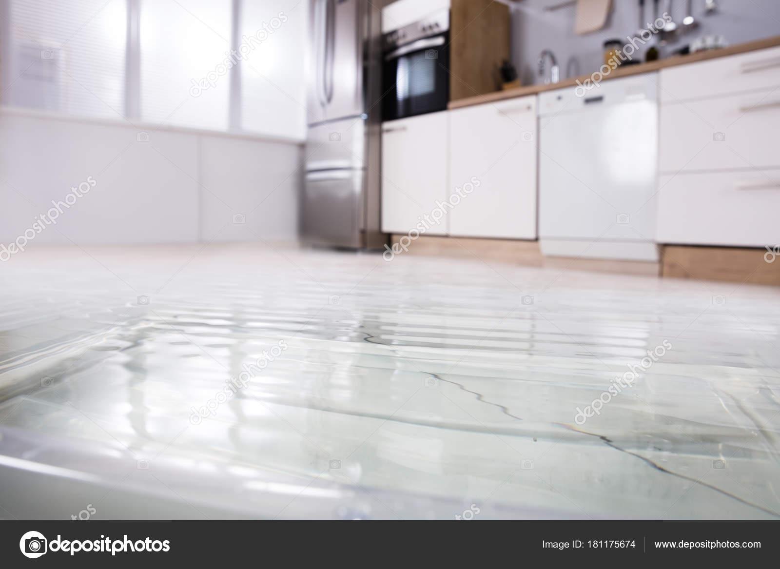 Nahaufnahme Foto Von Überfluteten Boden Küche Von Wasseraustritt ...