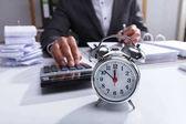 Fényképek Üzletember-használ számológép számítási Bill ébresztő, íróasztal