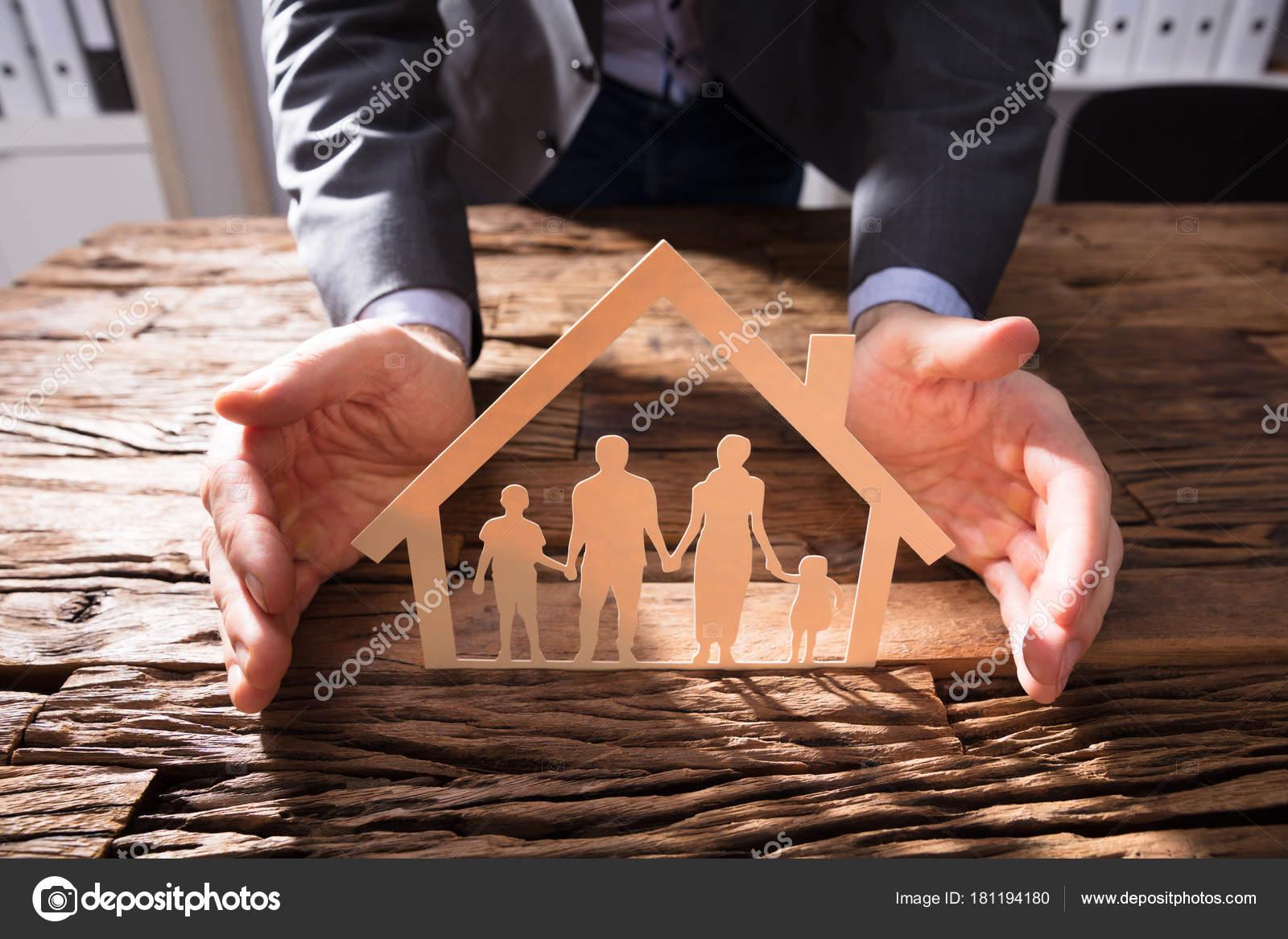 Unternehmer Die Hand Schützen Hausmodell Und Familie Papier Ausgeschnitten  Auf U2014 Stockfoto