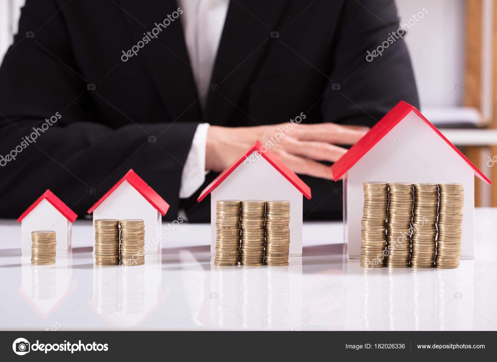 Stapel Von Münzen Und Verschiedene Größen Hausfassade Modell Der  Geschäftsmann U2014 Stockfoto