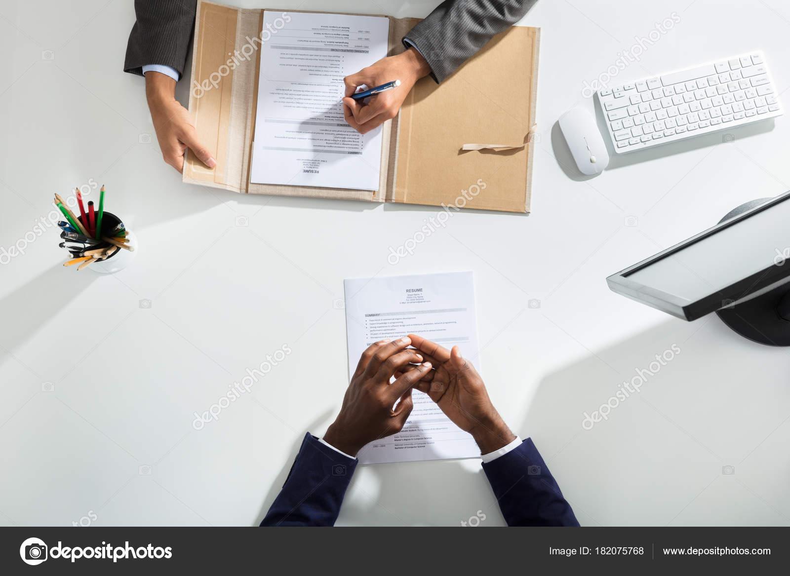 Vista Elevada Del Empresario Mano Los Candidatos Con Curriculum ...