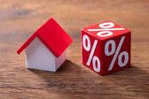Fotografie Detail domu modelu a procento červený blok na dřevěný stůl