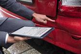 Pojišťovací Agent manuální plnění pojistné události formuláře na digitálním tabletu po dopravní nehodě