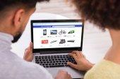 Nahaufnahme eines Paares mit Laptop beim Online-Shopping