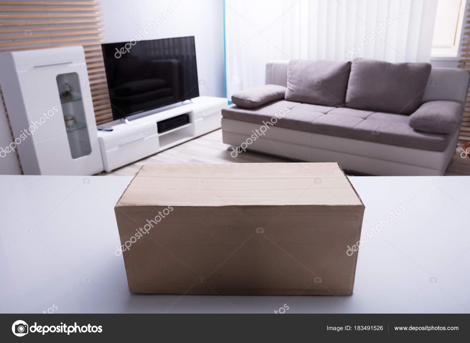 close van kartonnen doos witte bureau woonkamer stockfoto
