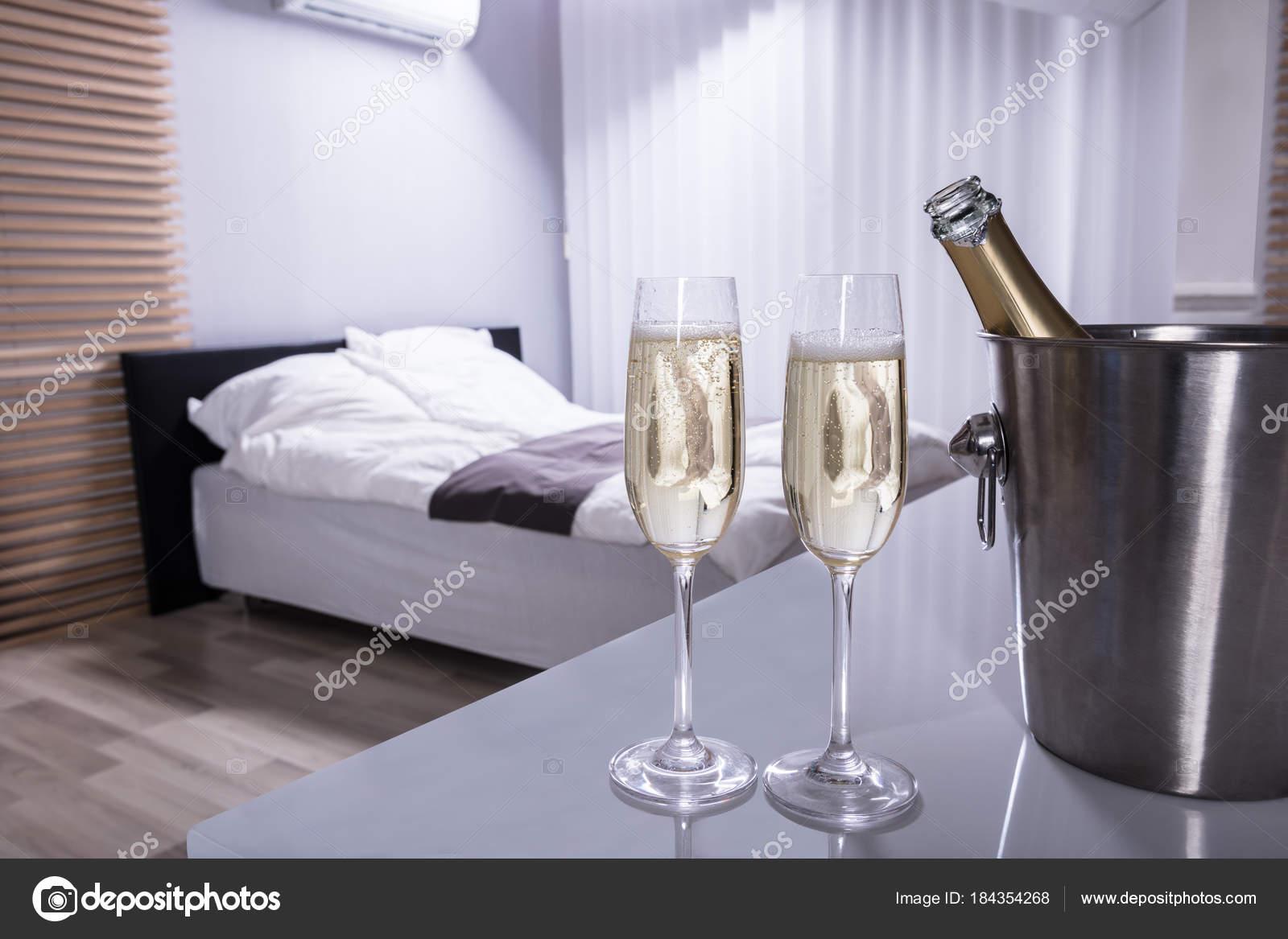 Primo Piano Due Bicchieri Champagne Sul Tavolo Camera Letto ...