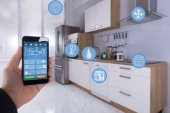 Detail osoby ruky pomocí Smart Home aplikace na Smartphone v kuchyni