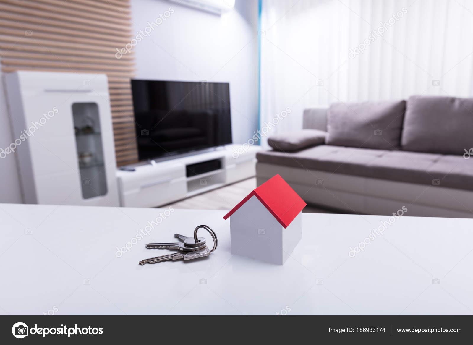 Design Bureau Woonkamer : Close van huis model sleutel witte bureau woonkamer u stockfoto