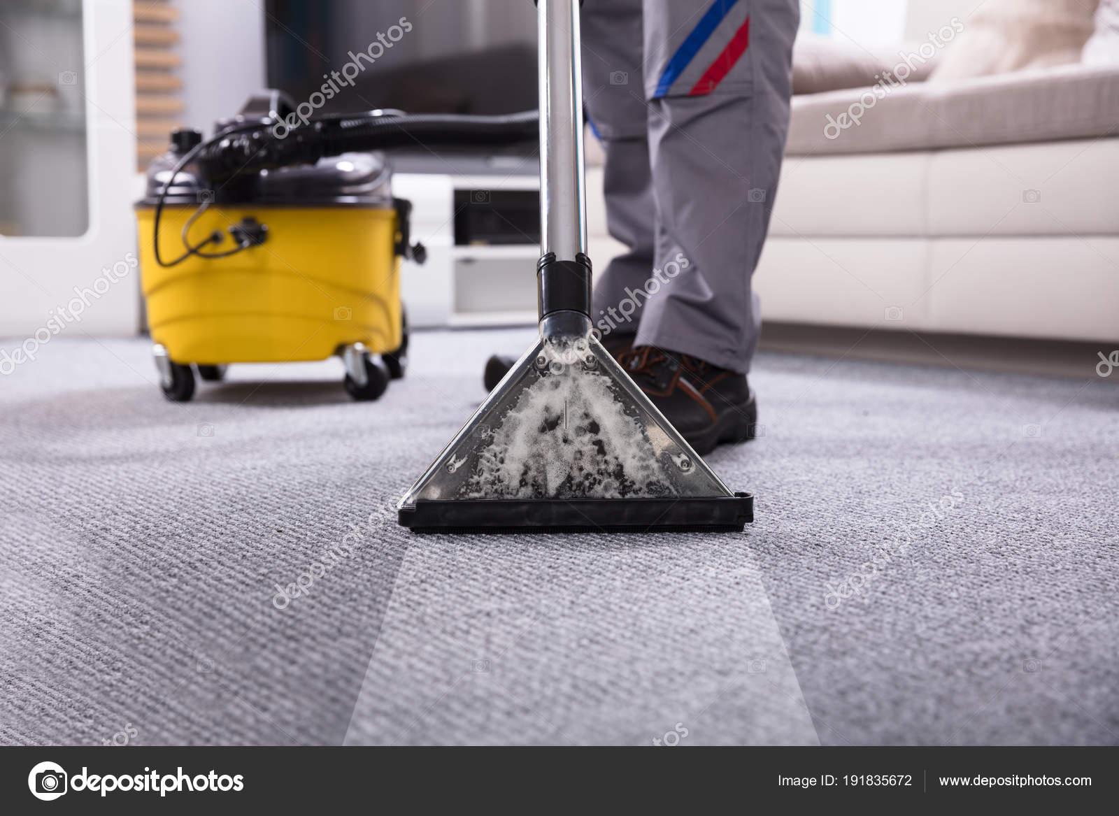 Se O Baixo Uma Pessoa Para Limpar Tapete Com Aspirador Sala Stock  -> Tapete Para Sala De Pilates
