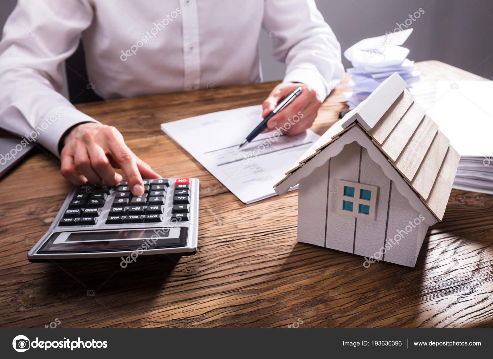 Holzhaus Modell Vor Unternehmer Berechnung Rechnung Stockfoto