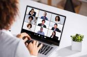 Fotografie Frau arbeitet von zu Hause aus mit Online-Gruppenvideokonferenz am Laptop