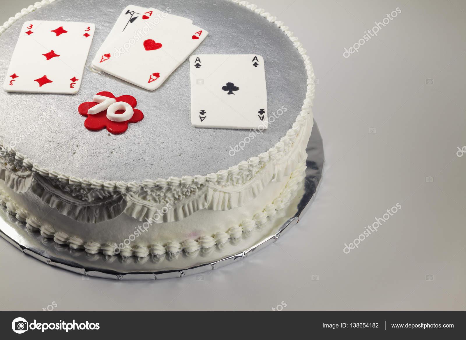 Design Und Dekoration Einer 70 Geburtstagstorte Mit Glucksspiel Karten An Der Spitze Foto Von