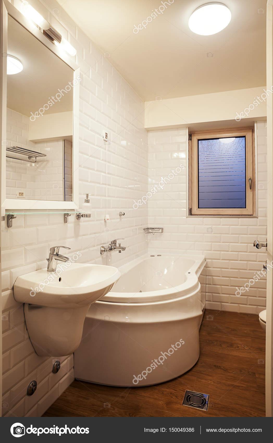Pequeño cuarto de baño moderno — Foto de stock © krsmanovic ...