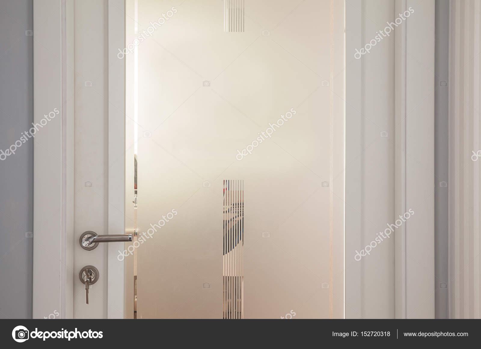 Porte moderne bianche con vetro opaco bianco — Foto Stock ...