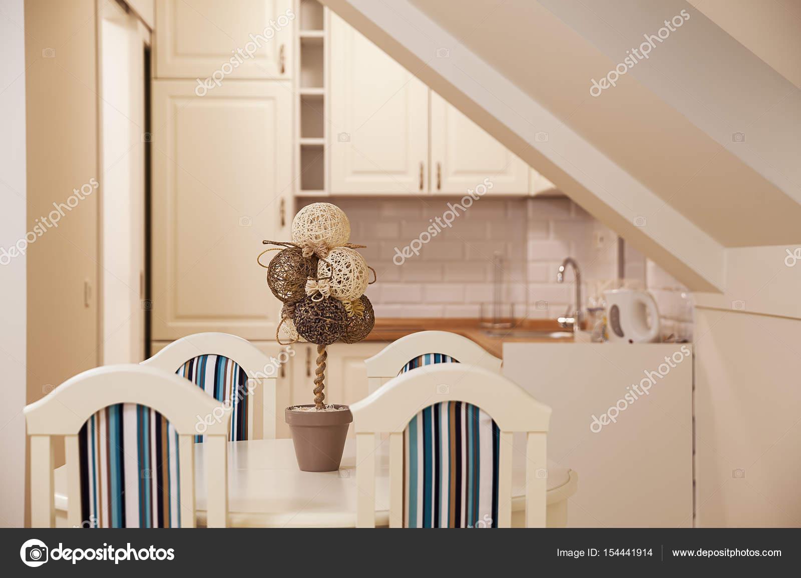 Weise Holzmobel Set : Verziert set stühle und tisch u stockfoto krsmanovic