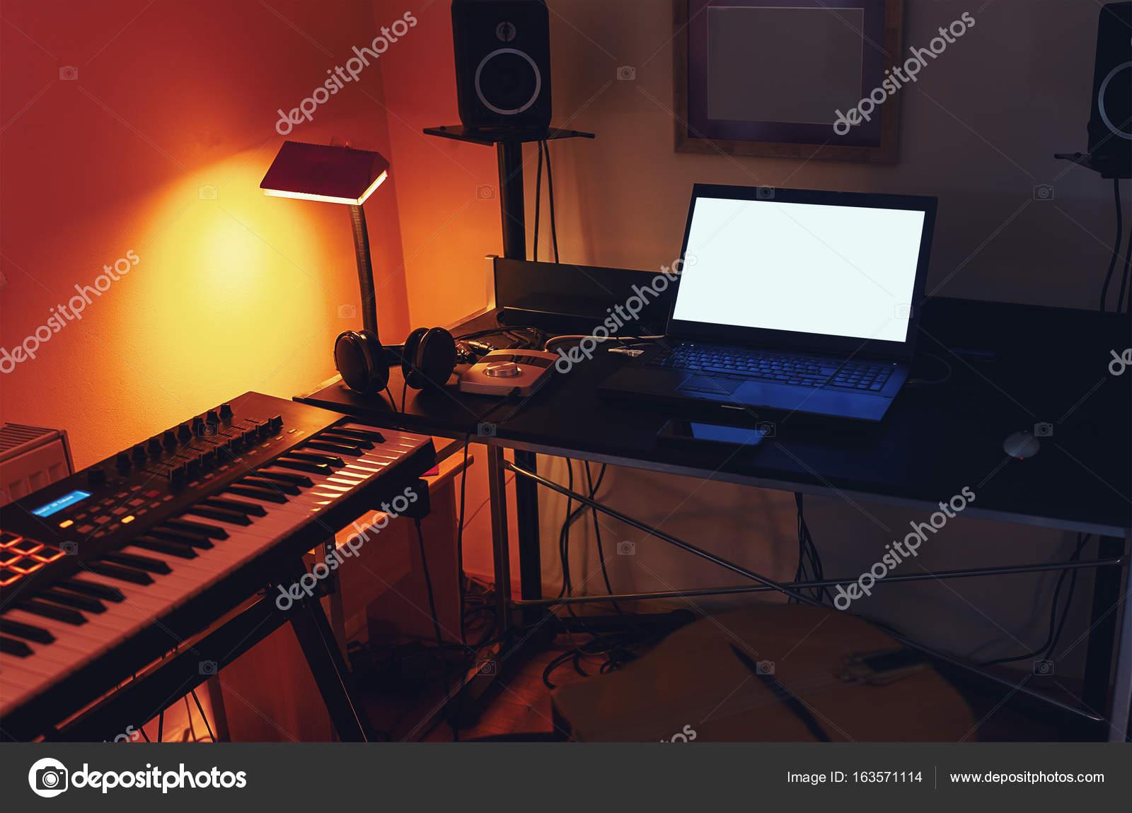Studio di registrazione di piccola casa — Foto Stock © krsmanovic ...