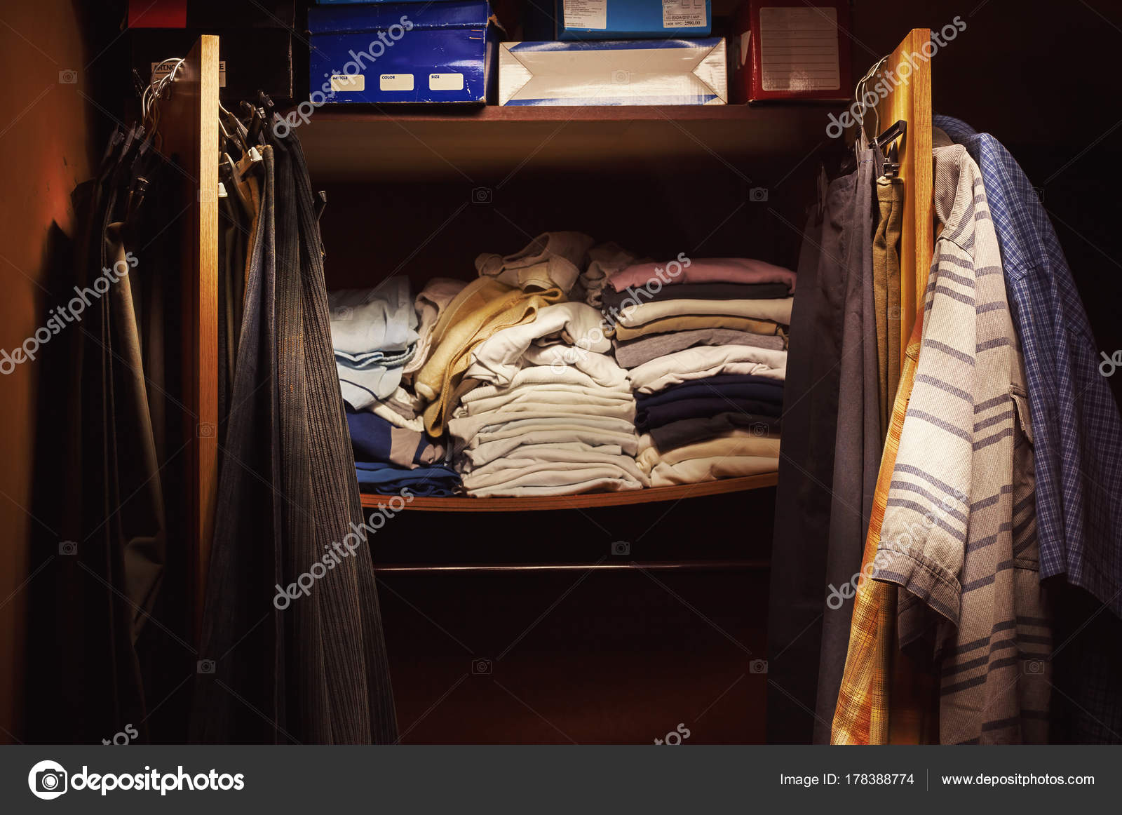 Oude kleren op kast u stockfoto krsmanovic