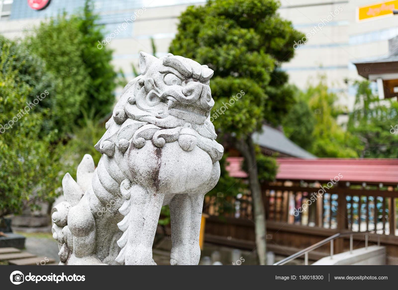 Statue De Lion Dans Le Jardin Japonaisu2013 Images De Stock Libres De Droits