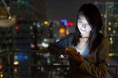 Podnikatelka, používání mobilního telefonu v noci