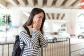 Žena, kýchání v městě Hong Kong