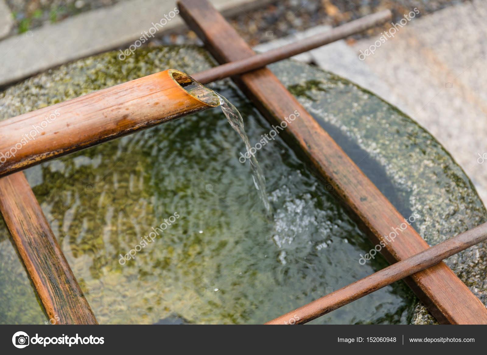 Bambus Brunnen In Japanischer Tempel Stockfoto C Leungchopan